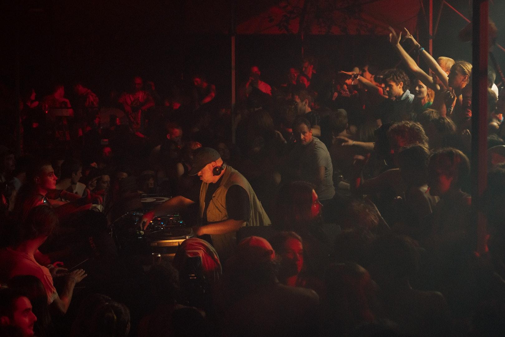 Teki Latex onder de Unglued-stage op de tweede dag van Horst Festival 2021.