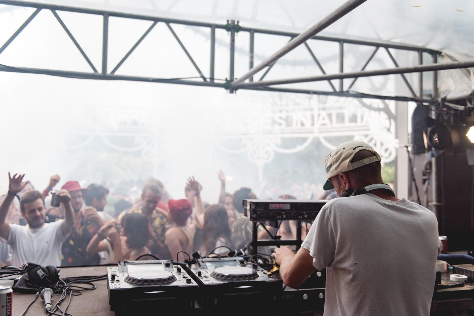 Mr Scruff aan de Bodies In Alliance-stage op dag drie van Horst Festival 2021